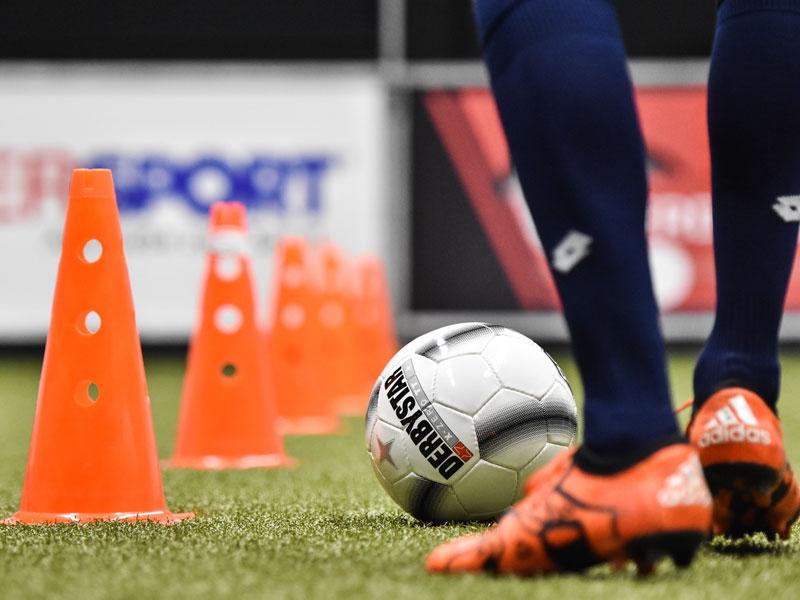 Beine mit Fußball beim TSG Superdribbler